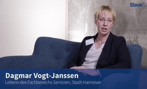 Blaue Couch - Dagmar Vogt-Janssen