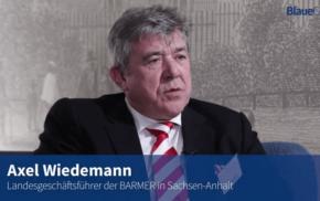 Blaue Couch – Axel Wiedemann
