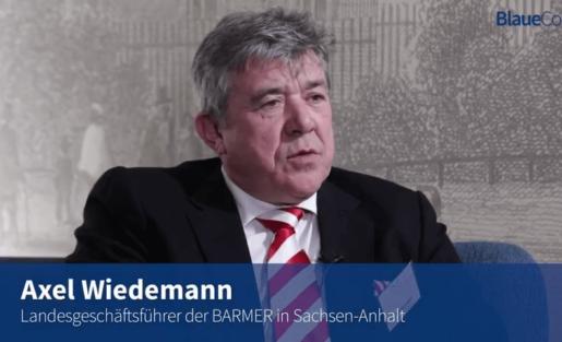 Blaue Couch - Axel Wiedemann