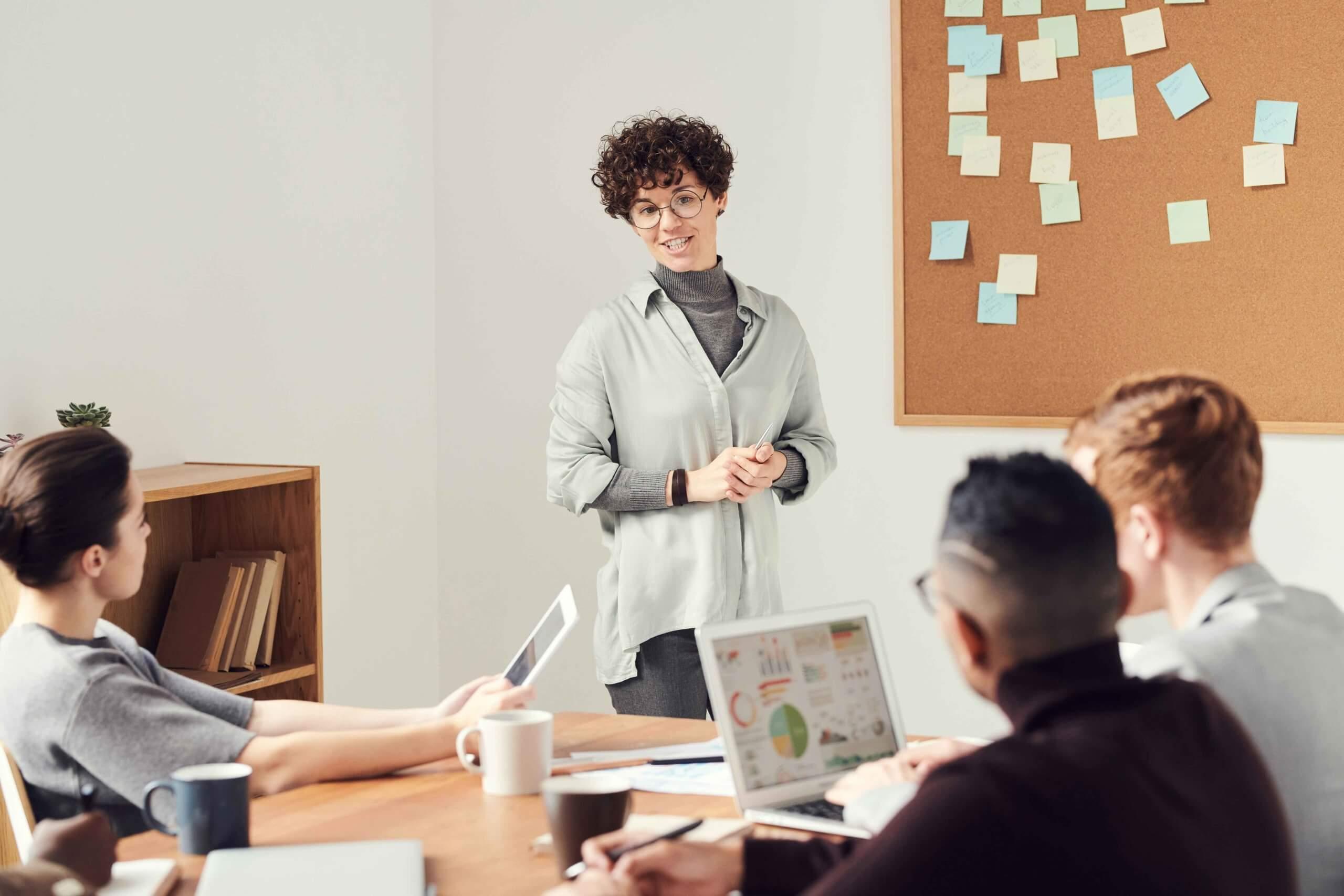 Kolleg*innen beraten sich über Arbeitgeberattraktivität