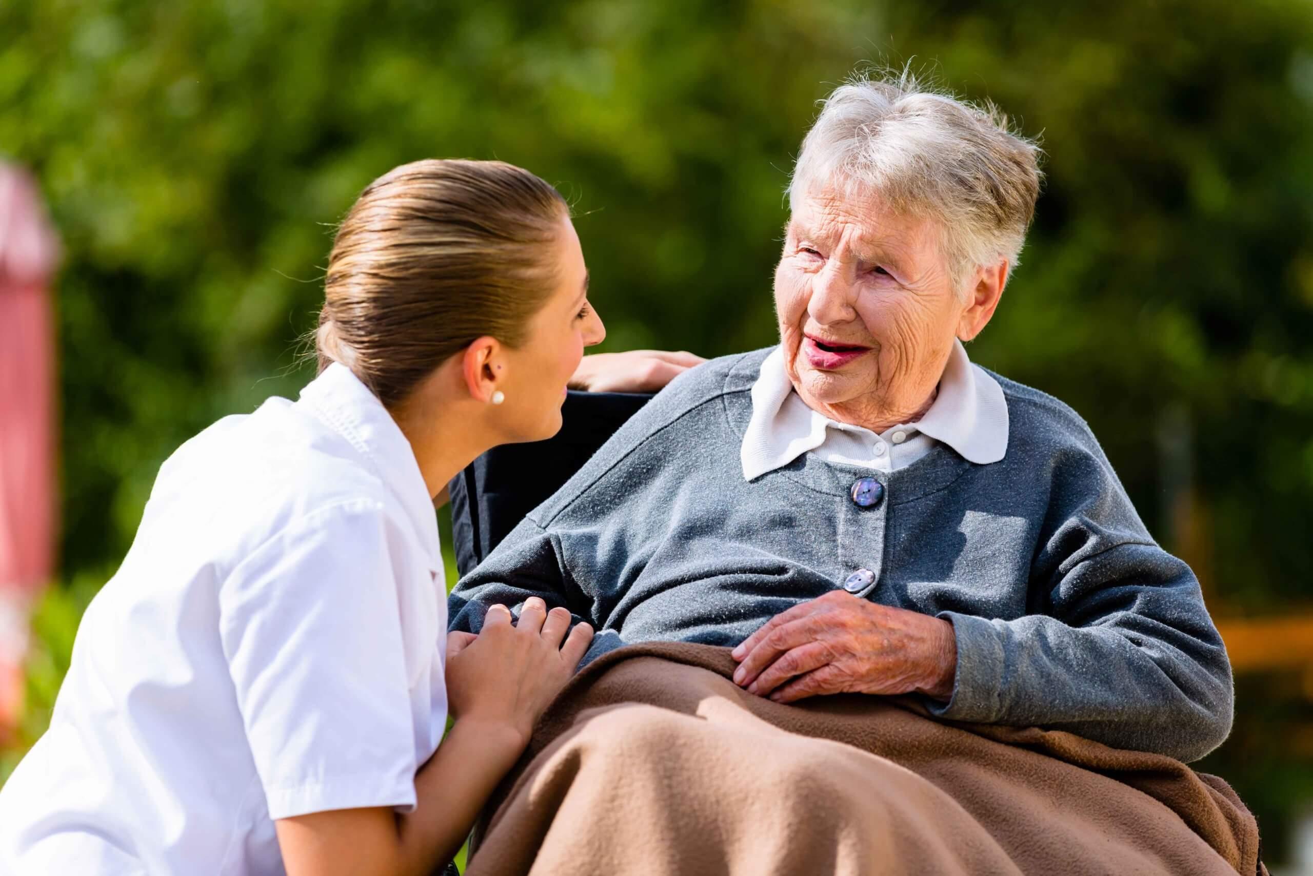Buurtzorg in Österreich Pflegerin und Klientin