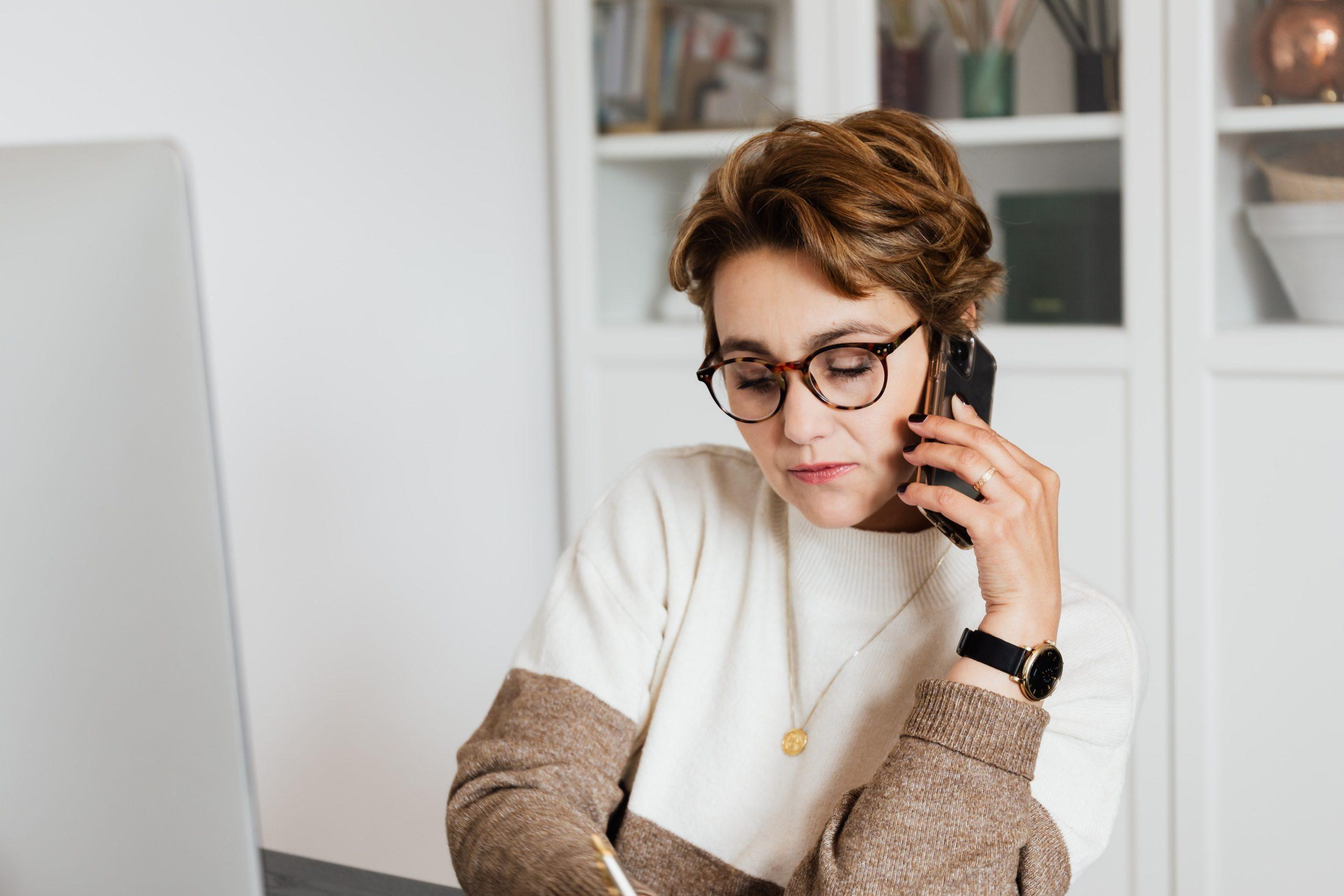 Einrichtungsleitung -Frau telefoniert