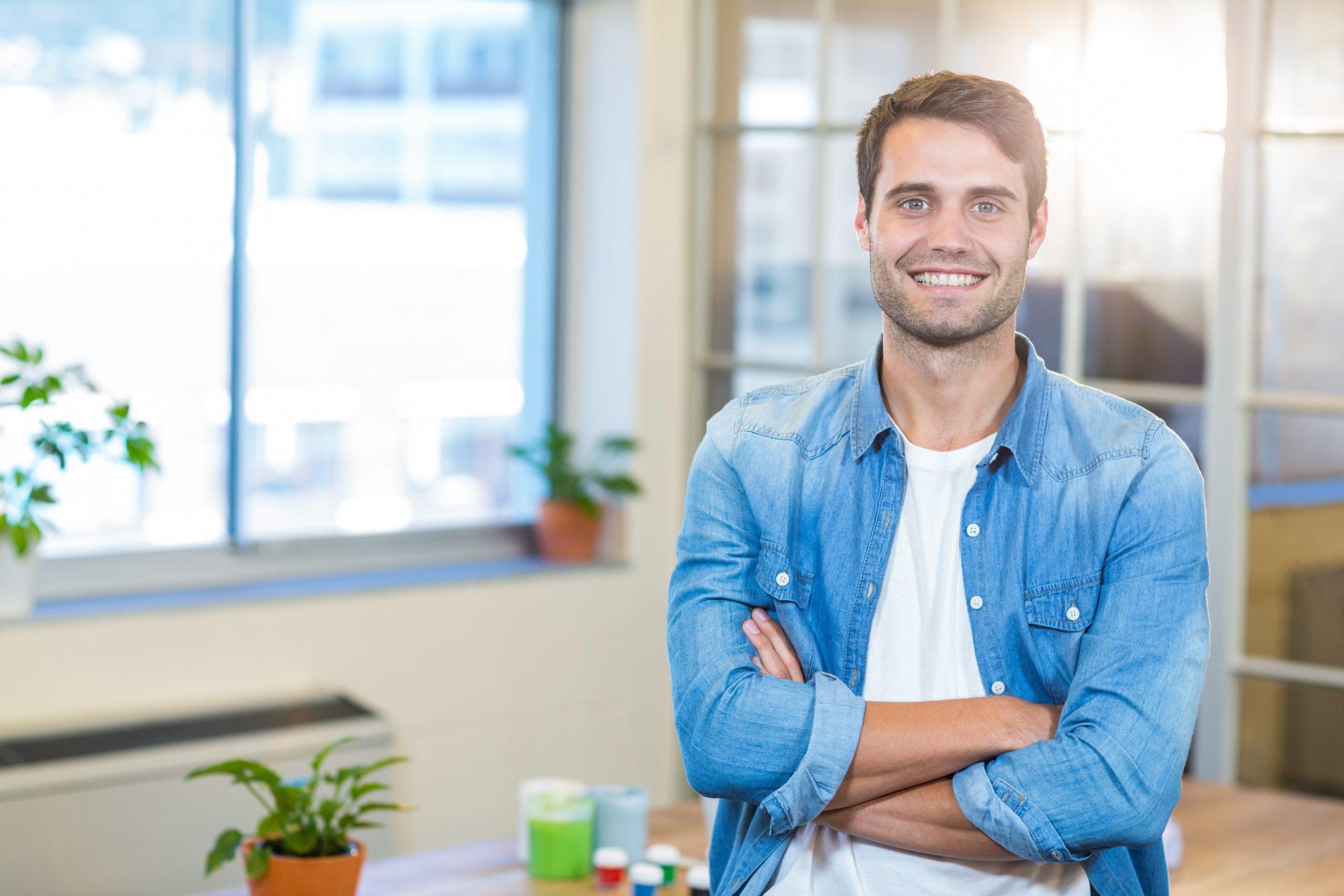Wohnbereichsleitung - junger Mann lächelt in die Kamera